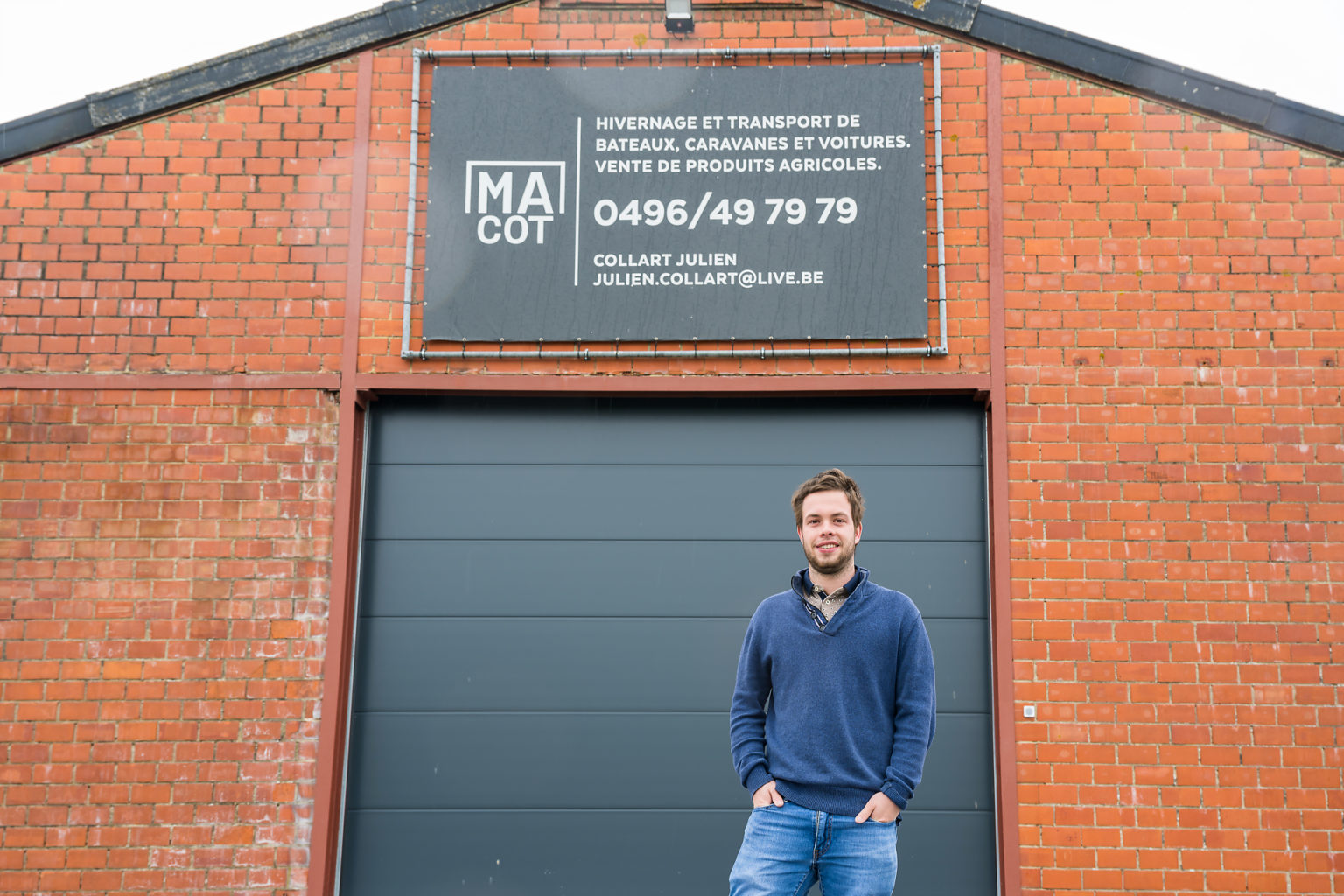 Julien Collart face au hangar de sa société MAcot