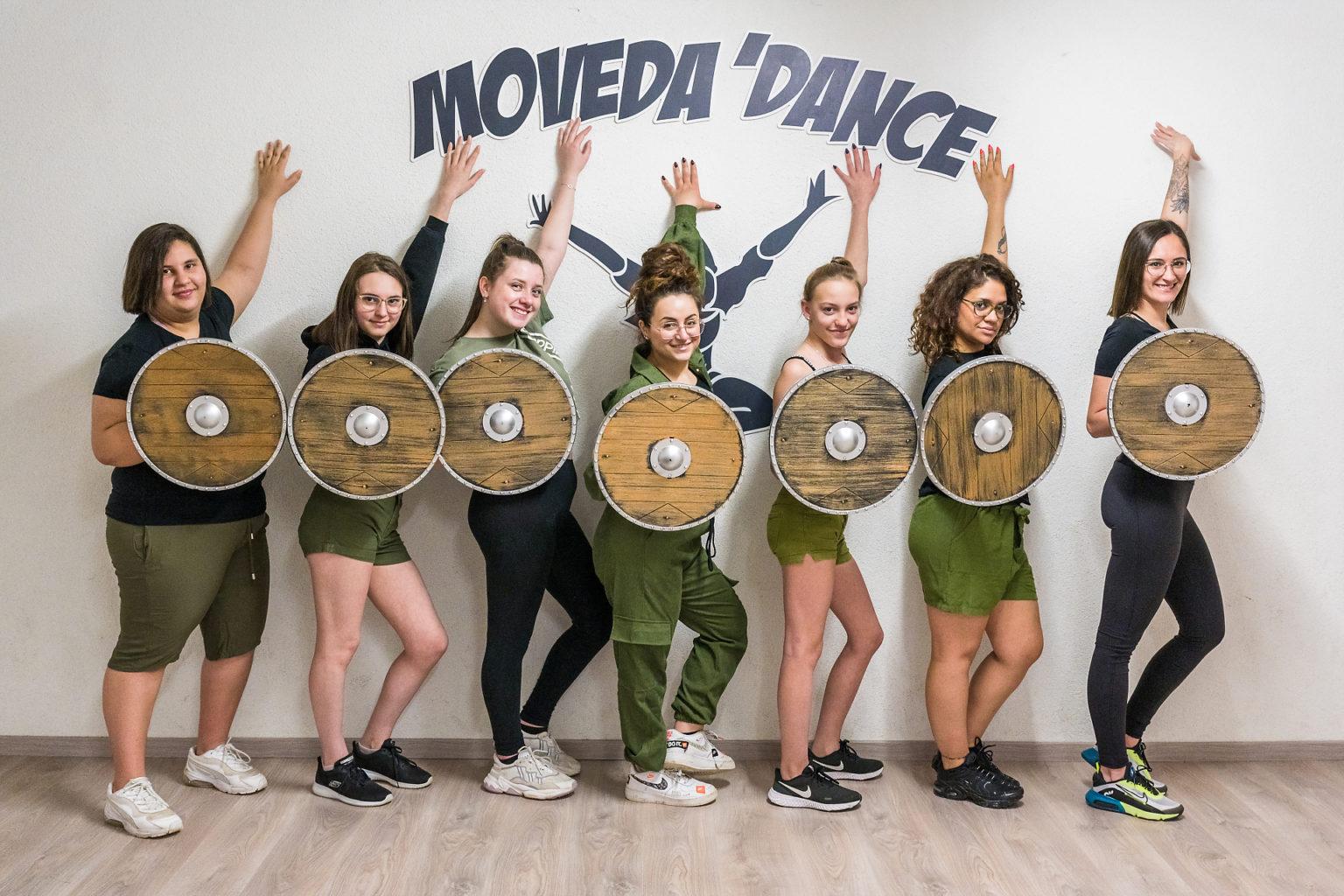 Clara Sita devant le logo de son école de danse Moveda'dance