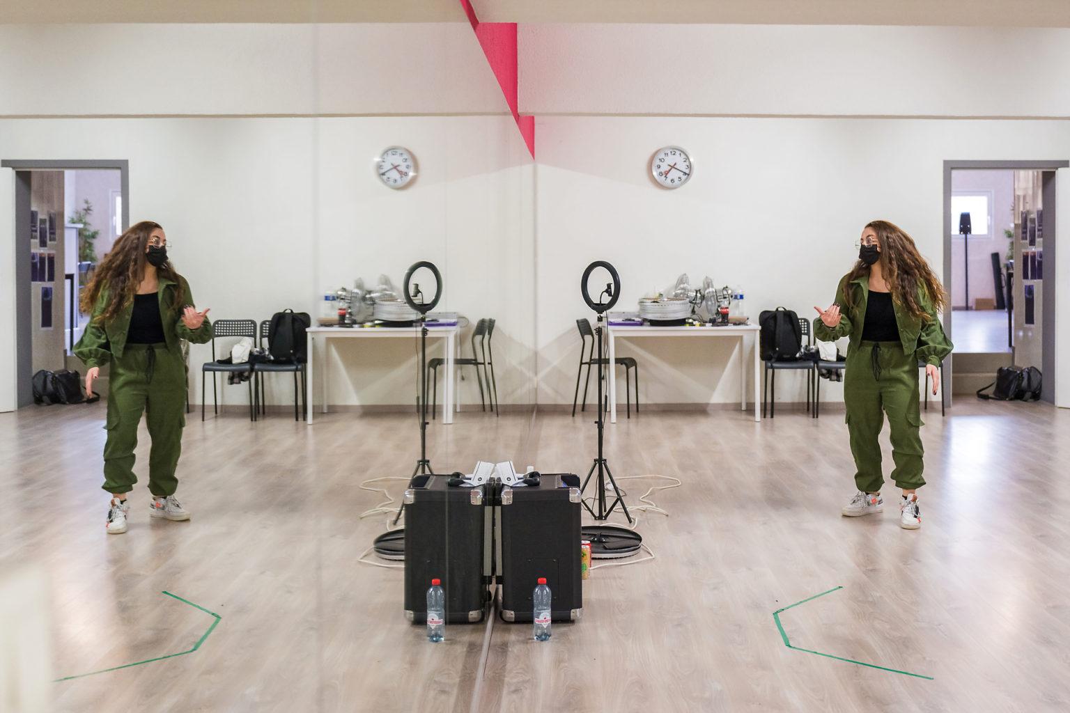 Travail devant le miroir de l'école de danse, Clara Sita, Moveda'dance