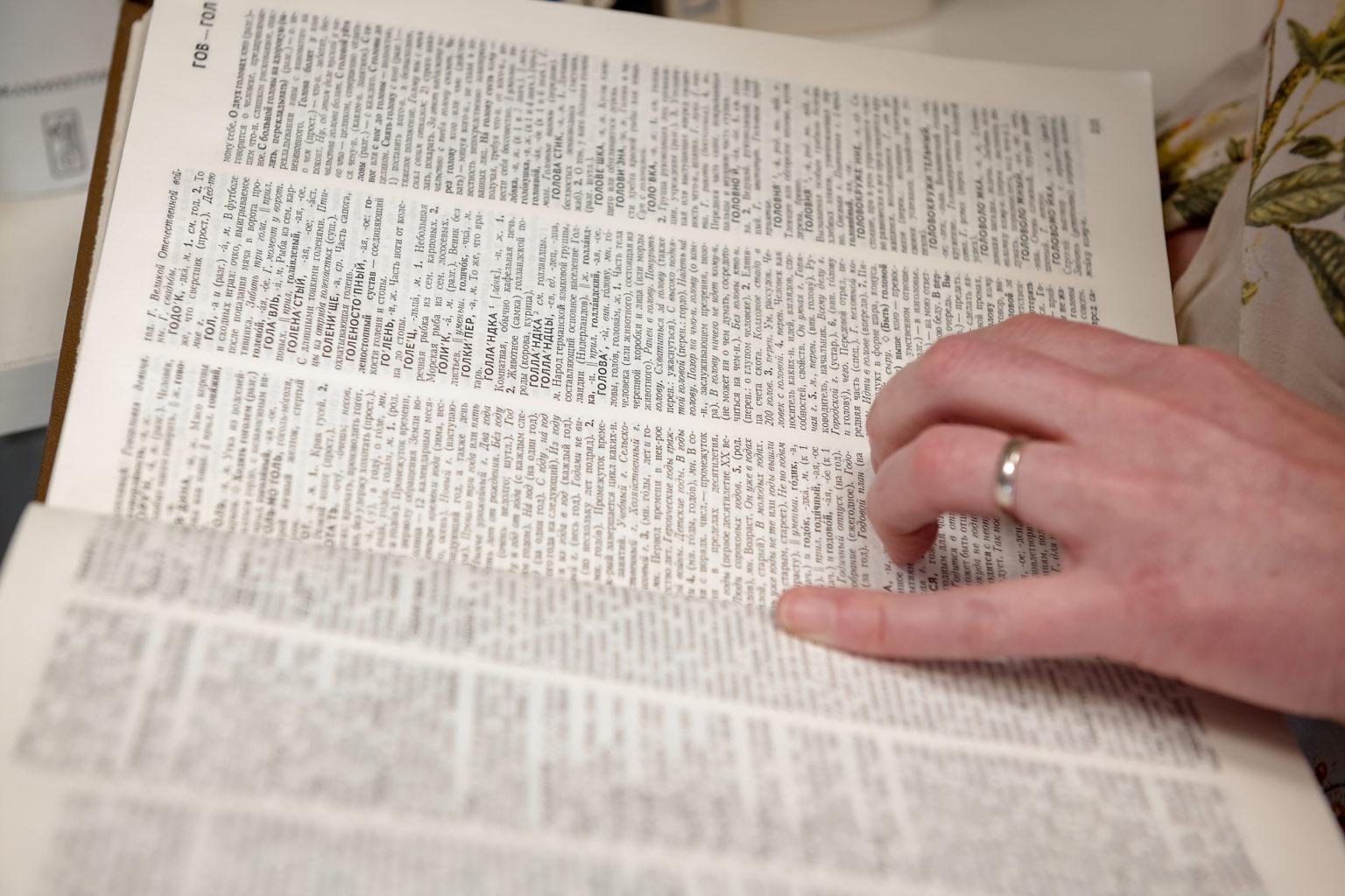 Un dictionnaire dans les mains de Marie-Joëlle Goffioul chez Belga Translations